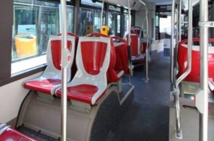 """Si masturba su un bus: """"Atti osceni in luogo pubblico"""""""
