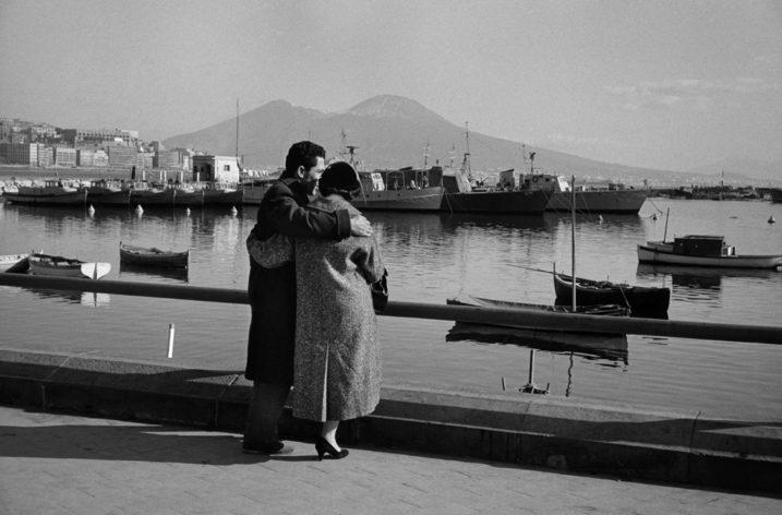 """Una """"Passeggiata Napoletana"""" nel  nuovo libro di Arturo Zavattini edito da Postcart"""