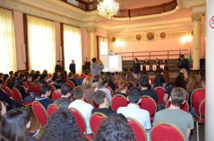 """Presentata al Liceo Tasso """"YouPol"""", la nua App della Polizia di Stato"""