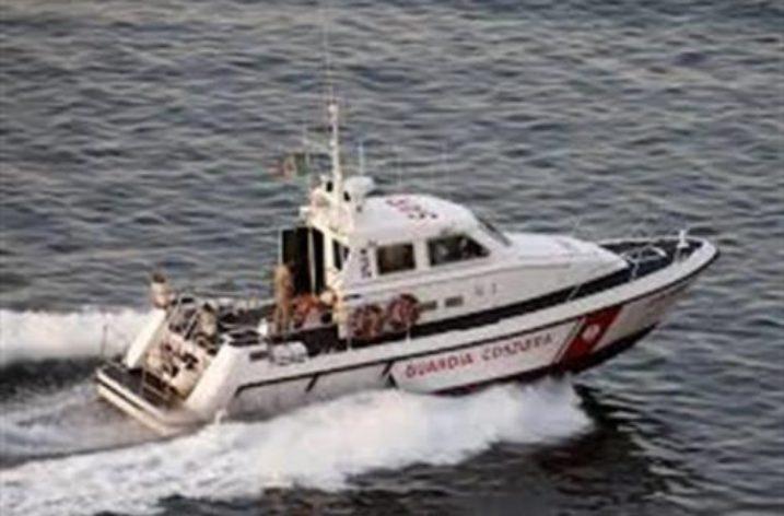 Imbarcazione rischia di affonare: salvate due persone dalla Guardia Costiera
