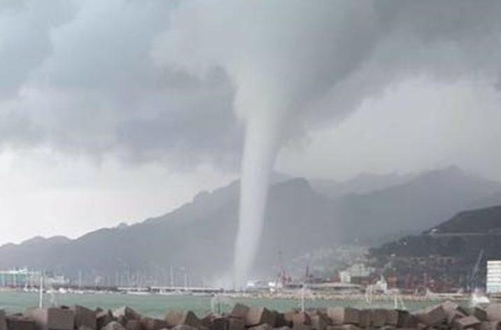 Tromba d'aria a Salerno: container in mare