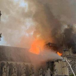 Brucia Notre-Dame. Il cuore di Parigi si ferma