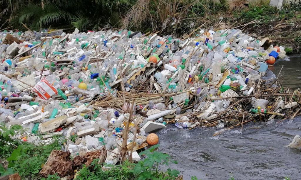 La Foce del Sarno sommersa dalla plastica