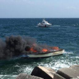 Barca in fiamme: salvato un diportista e scongiurato pericolo d'inquinamento