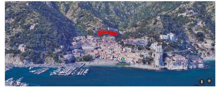 Cetara vista dal mare. Di colore rosso la prima delle tre aree previste per i nuovi insediamenti edilizi. Denominata ERS 1, ha una superficie territoriale di 6.700 mq per n. 25 nuovi alloggi. L'area si trova a ridosso del centro storico.